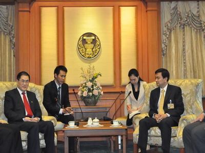 นายสุรินทร์  ตุลย์วัฒนจิต อุปนายกสมาคม นำ MR.QIU JIN  อธิการบดีมหาวิทยาลัยหัวเฉียว และคณะเข้าเยี่ยมคารวะ นายอภิสิทธิ์ เวชชาชีวะ นายกรัฐมนตรี