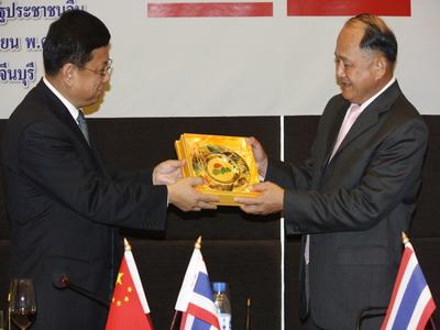 MR.CHEN SI  รองนายกเทศมนตรีนครฉางชุน ,นายศิริพงศ์ ห่านตระกูล ผู้ว่าราชการจังหวัดปราจีนบุรี